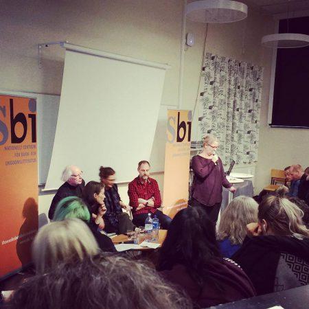Ulf Stark, Åsa Lind och Per Gustavsson diskuterar om vem som har råd att göra bra böcker egentligen. Ju fler böcker som ges ut, desto fler ska dela på kakan.