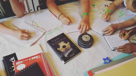 Bild från dagens skrivar-workshop! Idag är uppgiften: Vad tror du finns i den här asken? Skriv en berättelse och gör ett snyggt omslag till boken. Vi har också bestämt bok till bokcirkeln ... Bu!